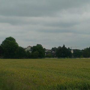 Mobilfunk Sendemast am Harheimer Weg, links. Rechts im Bild der Schornstein der Ziegelei mit den ausgedienten Sendeanlagen.