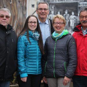 Das Spitzenquintett der Massenheimer SPD auf dem Dorfplatz  v.l.n.r. Hajo Braden (Listenplatz 5), Ricarda Grimm (2), Klaus Arabin (3), Annette Hielscher (4) und Spitzenkandidat Ortsvorsteher Dr. Bernd Hielscher