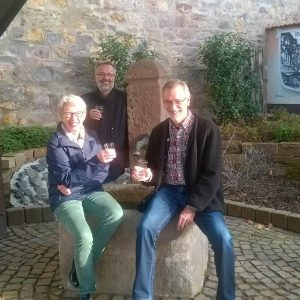 Annette Hielscher, Norbert Kühl und Klaus Arabin am nun wieder intakten Brunnen