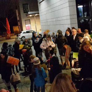 Elterprotest am Rande der letzten Stadtverordnetenversammlung vor dem Forum in Dortelweil