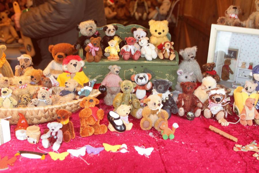 Auslage eines Verkaufsstands auf dem Weihnachtsmarkt Massenheim 2017 mit vielen verschiednen kleinen Stoffbären