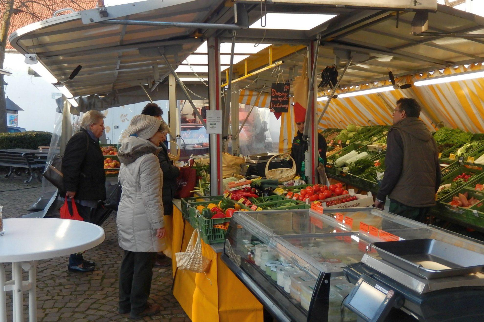 Ab Januar der neue Gemüsehändler auf dem Wochenmarkt in Bad Vilbel Massenheim: der Riedhof aus Niedererlenbach. Das Bild zeigt den Stand mit einem reichhaltigen Angebot und Besuchern.